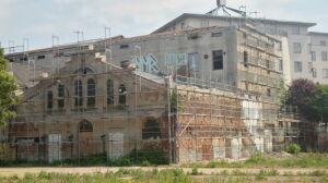 Zabytkowa fabryka za rusztowaniem