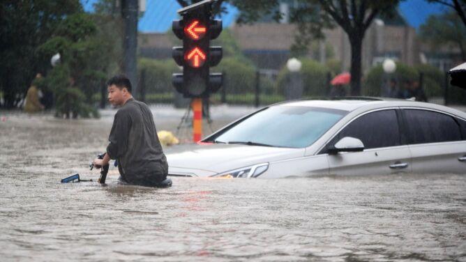 """Rośnie bilans ofiar po powodzi w Chinach. Opady """"tysiąclecia"""""""